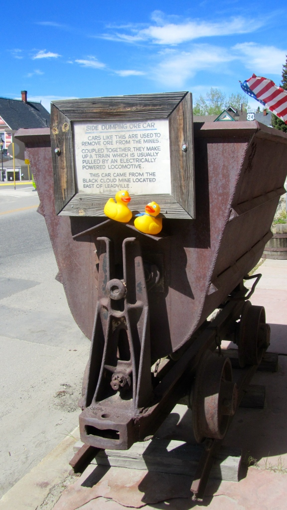 Side dumping ore cart